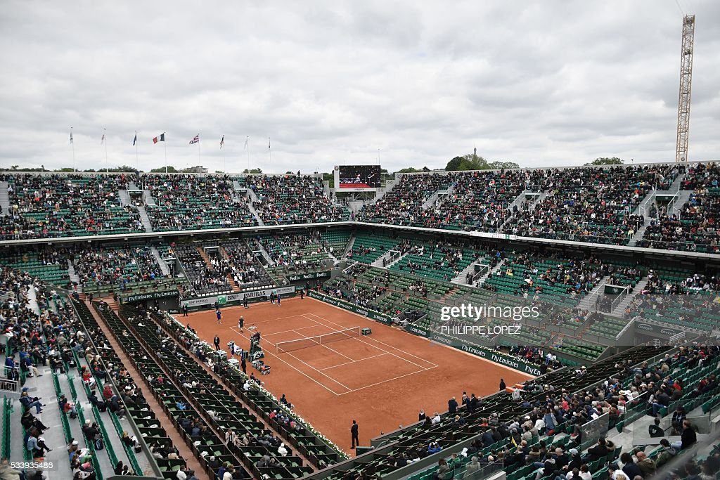 A photo shows a general view of the Philippe Chatrier court during the men's first round match between Great Britain's Andy Murray and Czech Republic's Radek Stepanek the Roland Garros 2016 French Tennis Open in Paris on May 24, 2016. / AFP / PHILIPPE