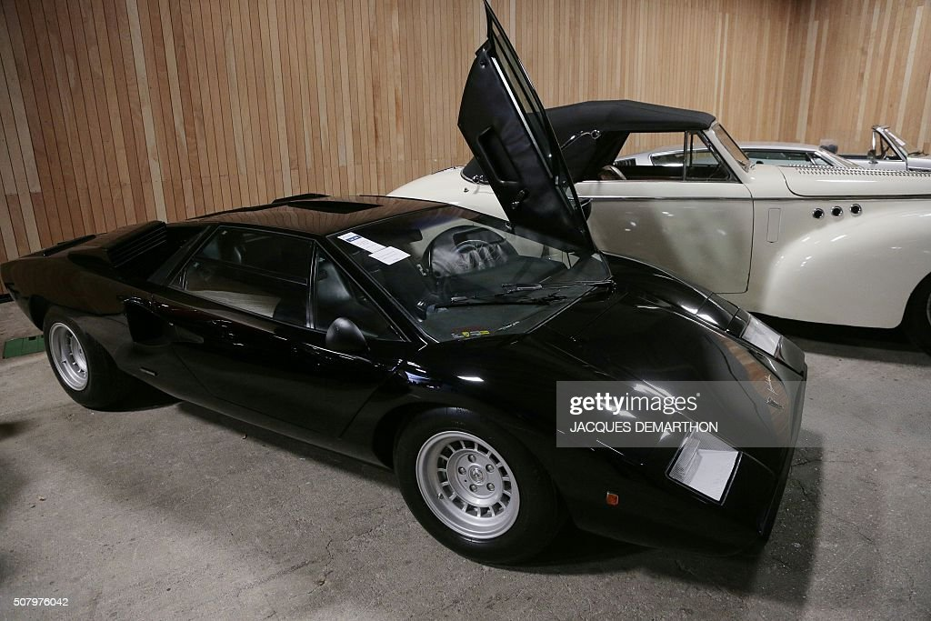 a photo shows a lamborghini countach lp 400 periscopio. Black Bedroom Furniture Sets. Home Design Ideas