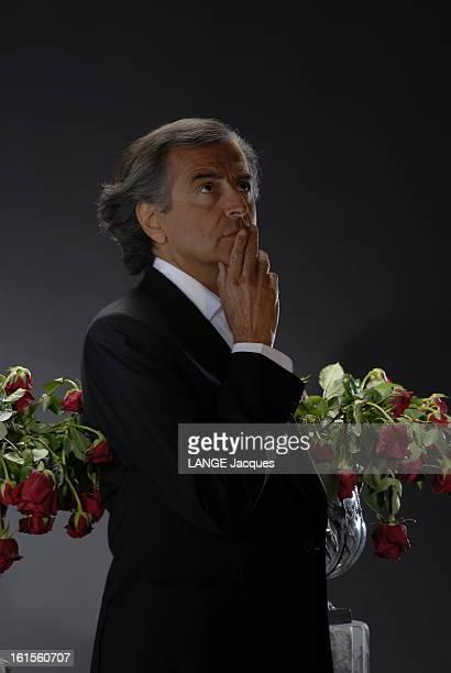 Photo Studio Of Bernardhenri Levy BernardHenri LEVY pose en studio avec des roses fanées à l'occasion de la sortie de son livre 'Ce grand cadavre à...