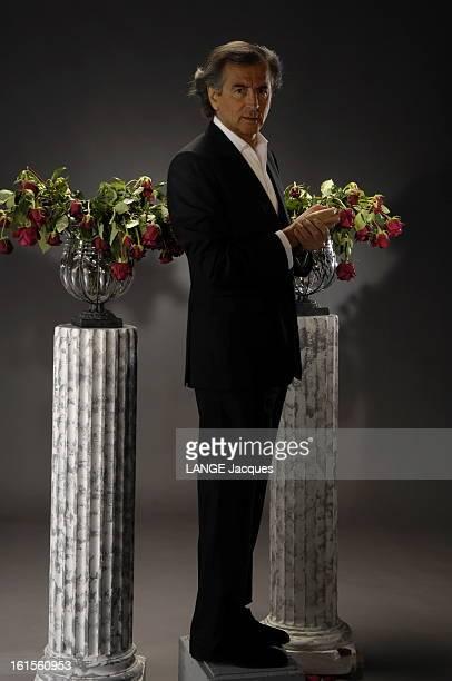 Photo Studio Of Bernardhenri Levy BernardHenri LEVY pose en studio avec des roses fanées posées sur des colonnes à l'occasion de la sortie de son...