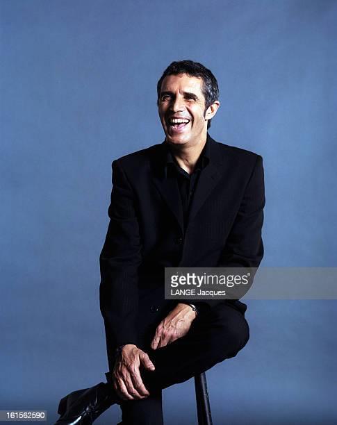 Photo Studio Of Julien Clerc Julien CLAIR souriant assis veste et pantalon noir
