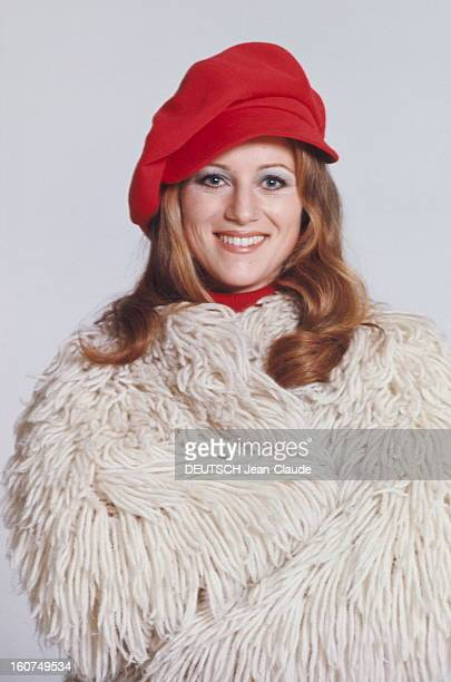 plan de face souriant de SHEILA coiffée d'une casquette rouge