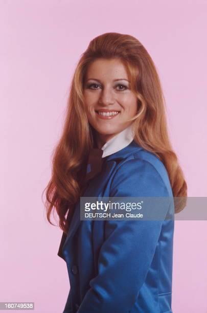 plan de face souriant de SHEILA en veste bleue