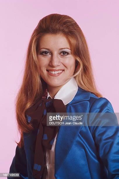 plan de face souriant de SHEILA en veste bleue chemisier blanc et lavallière