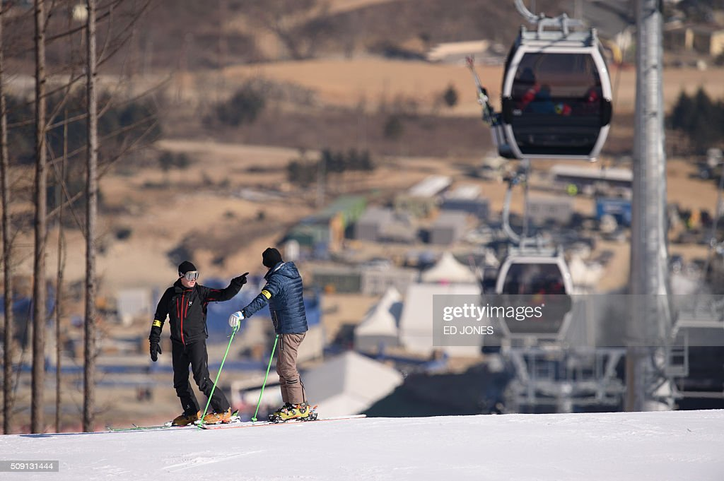 A photo taken February 6, 2016 shows skiers and cable cars, or gondolas, at the Jeongseon alpine ski venue near Pyeongchang. AFP PHOTO / Ed Jones / AFP / ED JONES