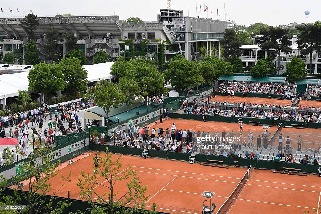A photo taken on May 27, 2016 shows a view of courts (from front) 10, 8, 6 and Philippe Chatrier at the Roland Garros 2016 French Tennis Open in Paris . / AFP / MIGUEL