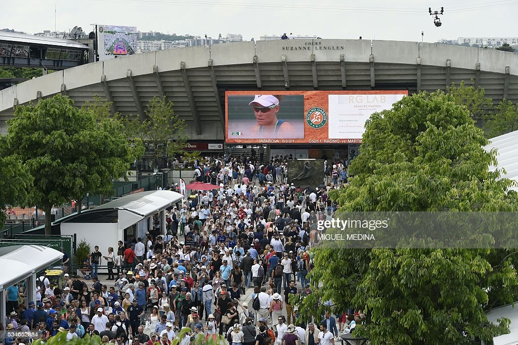 A photo taken on May 27, 2016 shows Australia's Samantha Stosur on a big screen during her women's third round match against Czech Republic's Lucie Safarova at the Roland Garros 2016 French Tennis Open in Paris . / AFP / MIGUEL