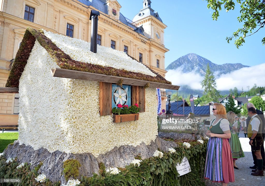 A photo taken on May 29, 2016 shows a house made of Daffodil in a parade during the 57th Daffodil Festival in Bad Aussee. / AFP / APA / BARBARA GINDL / Austria OUT