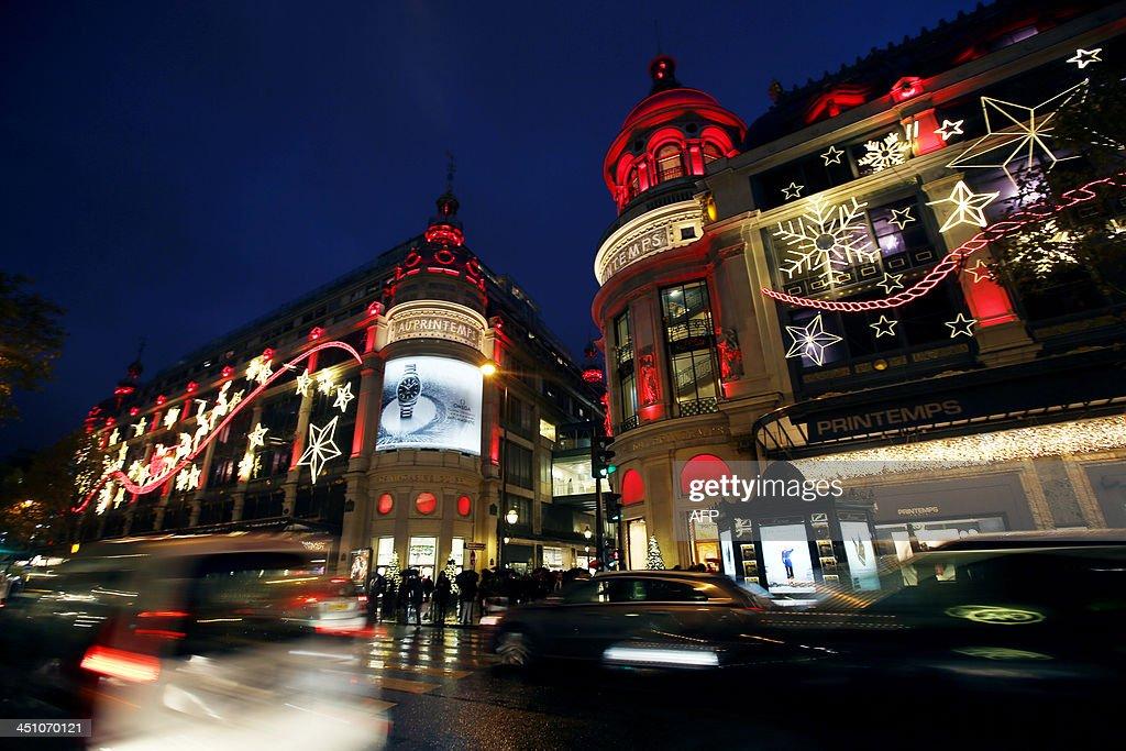 A photo taken on November 21, 2013 shows a Parisian department store with Christmas decoration. AFP PHOTO/ Marion Ruszniewski