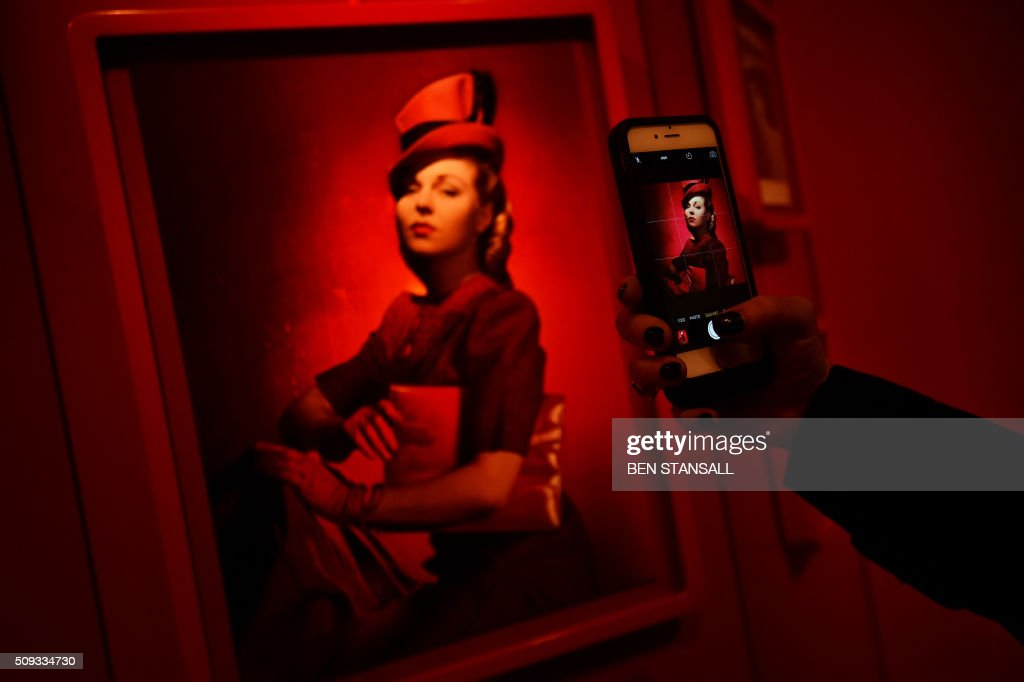 A photograph by Cecil Beaton entitled 'The Second Age of Beauty is Glamour' is seen as part of the 'Vogue100 a Century of Style' exhibition at the National Portrait Galley in central London on February 10, 2016. / AFP / BEN STANSALL / RESTRICTED TO EDITORIAL USE - MANDATORY MENTION OF THE ARTIST UPON PUBLICATION - TO ILLUSTRATE THE EVENT AS SPECIFIED IN THE CAPTION