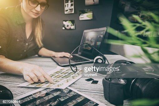 Fotógrafos ordenador con los programas de edición de fotografías. : Foto de stock