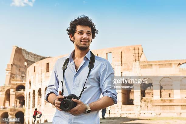 Fotografi davanti al Colosseo a Roma