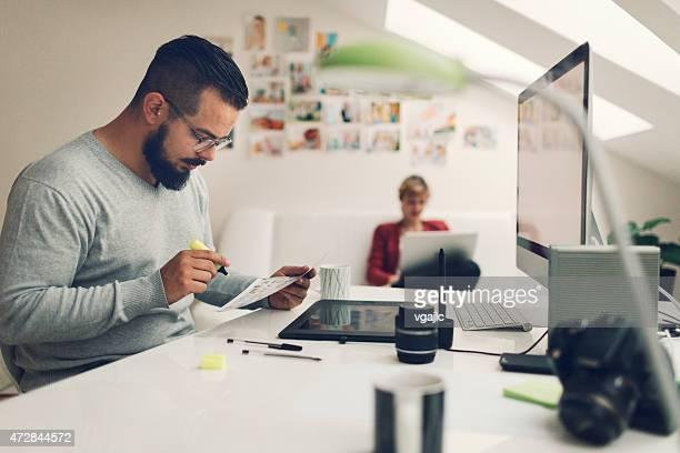 Fotografen suchen nach Bildern, gedruckt auf Papier.