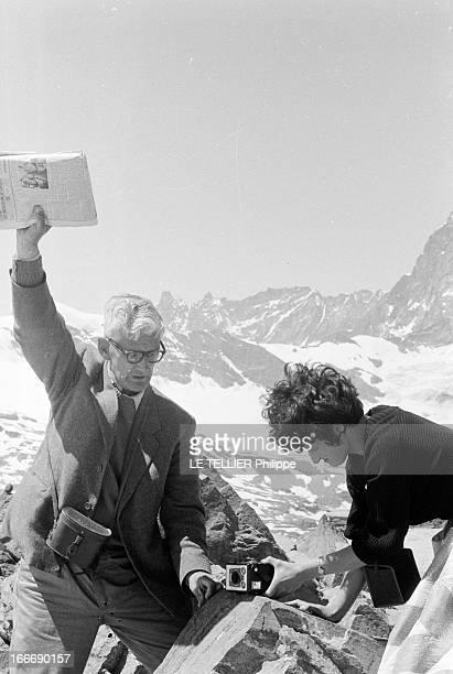 Photographers Tourists In Zermatt In Mountain Le 05 juillet 1962 en montagne en Suisse sur la station de ski ZERMATT un couple de touristes avec leur...