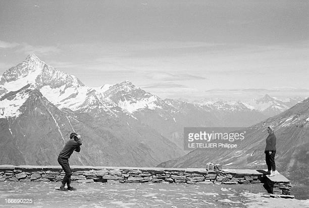 Photographers Tourists In Zermatt In Mountain Le 05 juillet 1962 en montagne en Suisse au dessus de la station de ski ZERMATT un couple touriste vus...