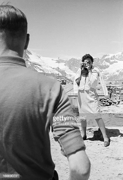 Photographers Tourists In Zermatt In Mountain Le 05 juillet 1962 en montagne en Suisse au dessus de la station de ski ZERMATT un couple touristes...