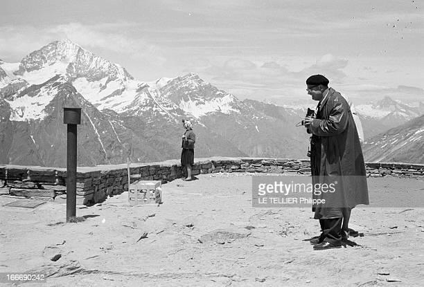 Photographers Tourists In Zermatt In Mountain Le 05 juillet 1962 en montagne en Suisse au dessus de la station de ski ZERMATT deux touristes sur...