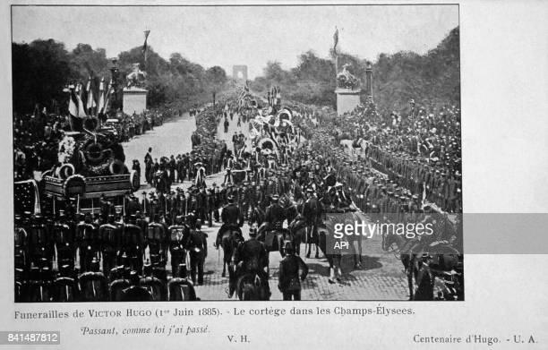 Photographie du cortège funéraire de Victor Hugo sur l'avenue des ChampsElysées le premier juin 1885 à Paris en France