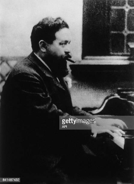 Photographie représentant le compositeur espagnol Isaac Albéniz qui joue du piano