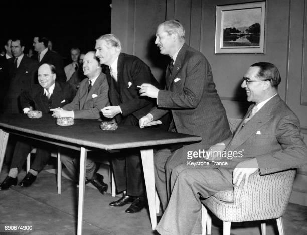 Photographiés dans les studios de télévision Lime Grove de gauche à droite Iain Macleod Rab Butler Sir Anthony Eden Harold Macmillan et Sir Walter...