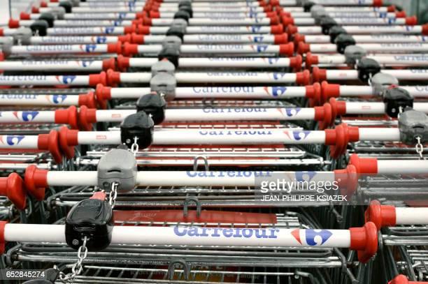 Photos de chariots de l'enseigne Carrefour prise le 17 février 2011 devant l'hypermarché Carrefour de Givors alors que la Cour de cassation a donné...