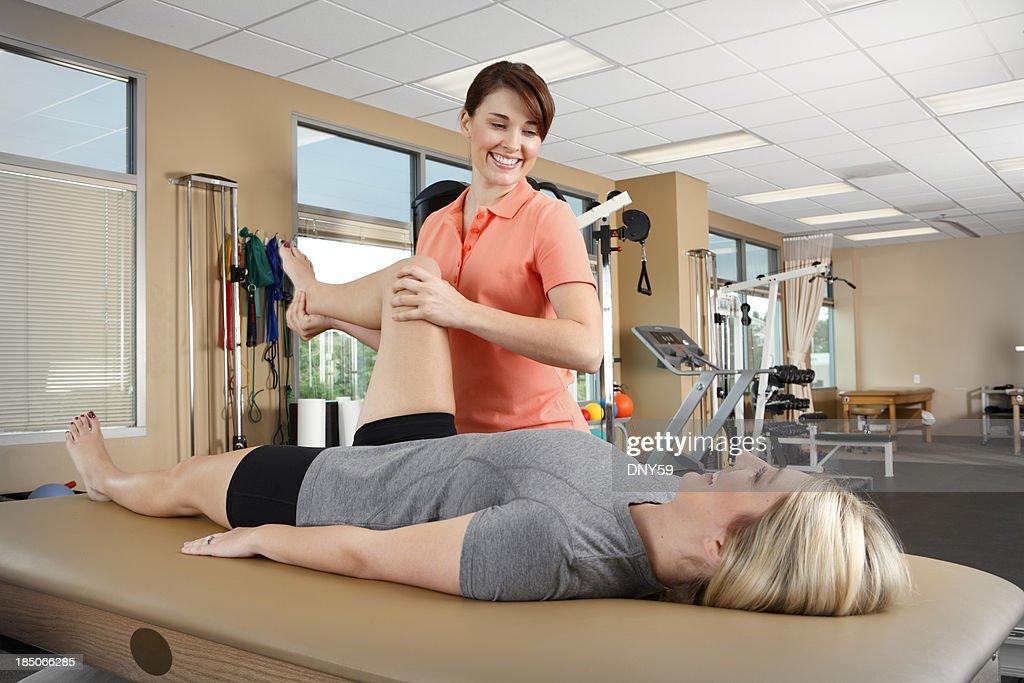 Fisioterapista e paziente in terapia fisica clinica : Foto stock