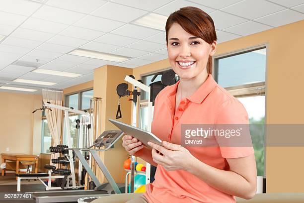 Physiotherapeutin zeichnet einen digitalen Tisch