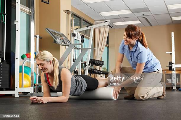 Physiotherapeutin Unterricht patient auf Nutzung der Schaumstoffrolle