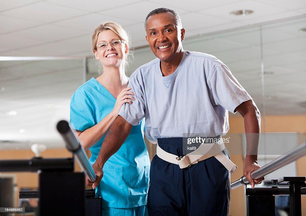 Fisioterapista, lavorando con un paziente : Foto stock