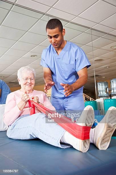 Fisioterapeuta trabajo con el paciente