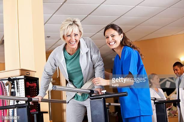 Kinésithérapeute travaillant avec le patient