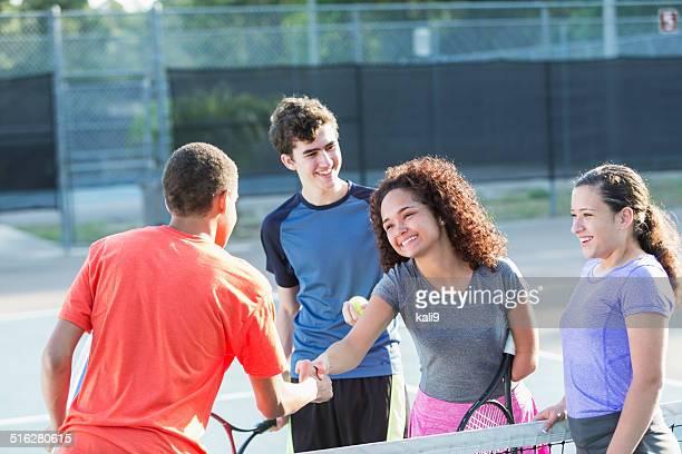 Körperbehinderte Teenager Mädchen spielen tennis