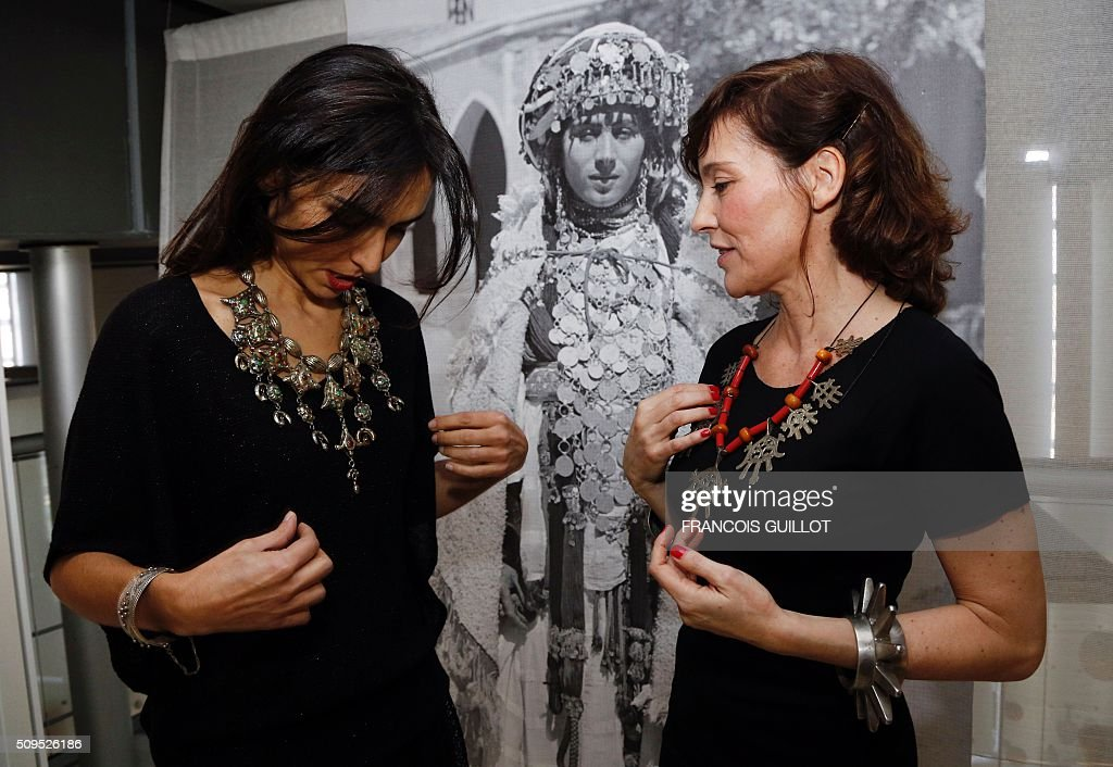 Pianist Charlotte Reinhardt (L) and French actress Elodie Mennegand both pose with jewelry from the exhibition 'Tresors a porter' during its opening at the Institut du Monde Arabe in Paris on February 11, 2016. / AFP / FRANCOIS GUILLOT