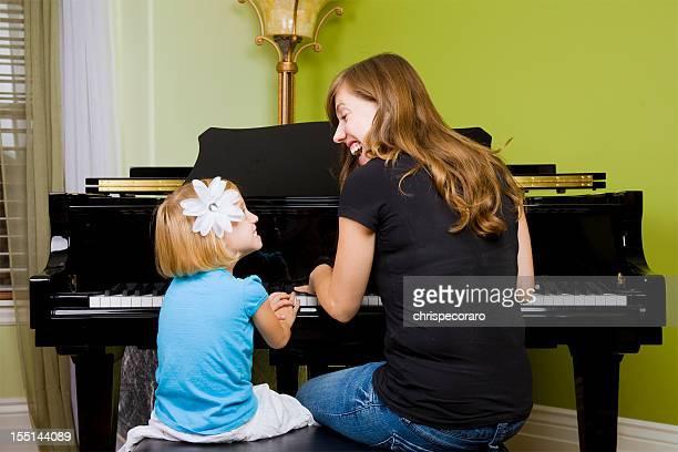 Piano-Unterricht-Mutter und Tochter