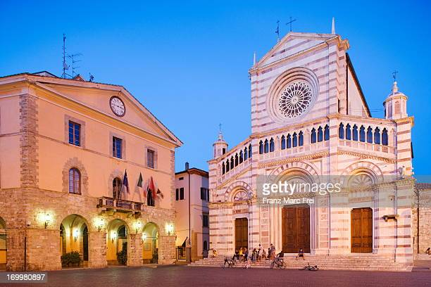 Piazza Dante Alighieri, Dom