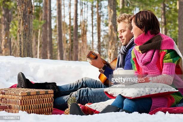 couple amoureux de pique-nique