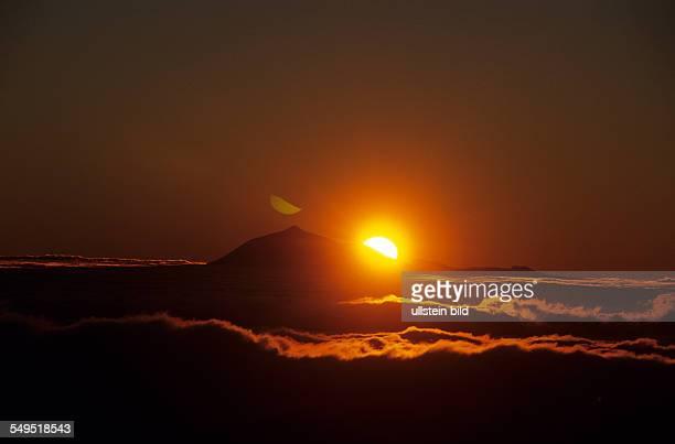 Pico de Teide 3718 m mit Sonnenaufgang über den Wolken Alter Vulkan Teneriffa Kanarische Inseln Spanien