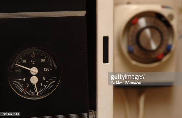 A picture of a thermostat and timer