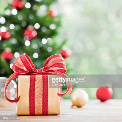 A picture of a wrapped Christmas gift : Bildbanksbilder