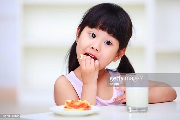 Portrait de jolie enfant manger