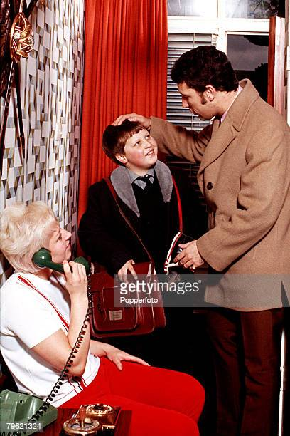 1967 A picture of Welsh singer Tom Jones at home with his wife Melinda Woodward and son Mark