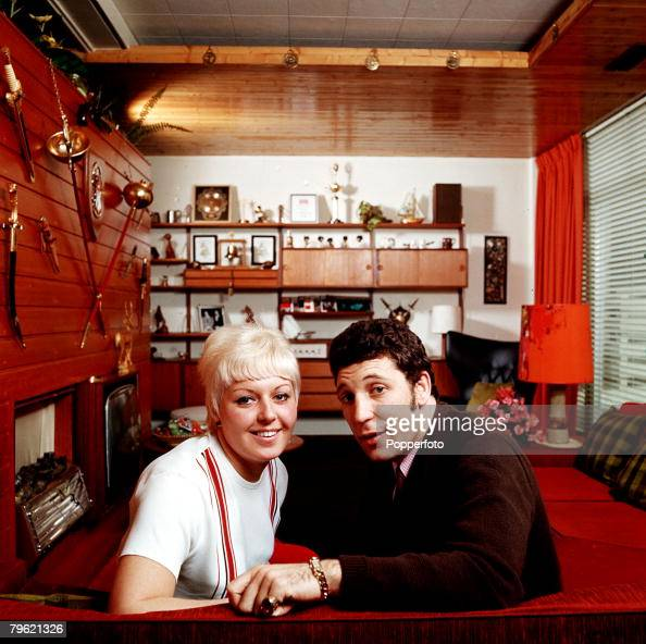 1967 A picture of Welsh singer Tom Jones at home with his wife Melinda Woodward