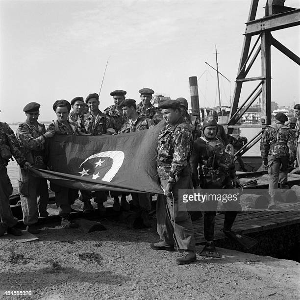 Picture released in 1956 of Egyptian troops holding the old and first Egypt till 1958 in Port Said Egypt during the Suez Crisis / AFP /