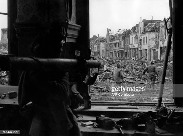 Picture released on February 23 1945 of British troops covered by Bazooka fire in Goch in Germany during the second World war / AFP PHOTO / AFP PHOTO...
