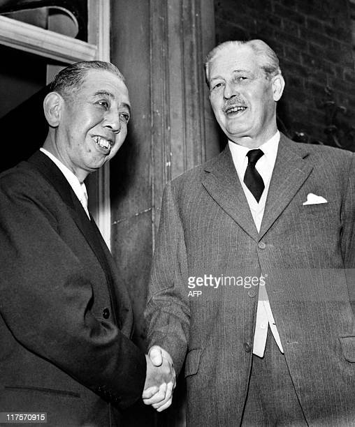 Picture released on July 1959 of Prime Minister of the United Kingdom Maurice Harold Macmillan meeting Japanese Prime minister Nobusuke Kishi