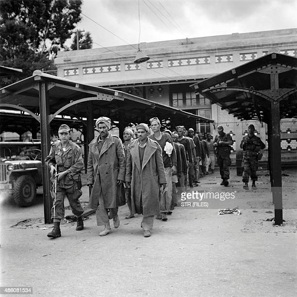 Picture released on November 9 of French soldiers escorting Egyptian prisonners at Port Fuad Egypt during the Suez crisis / AFP / INTERCONTINENTALE /...