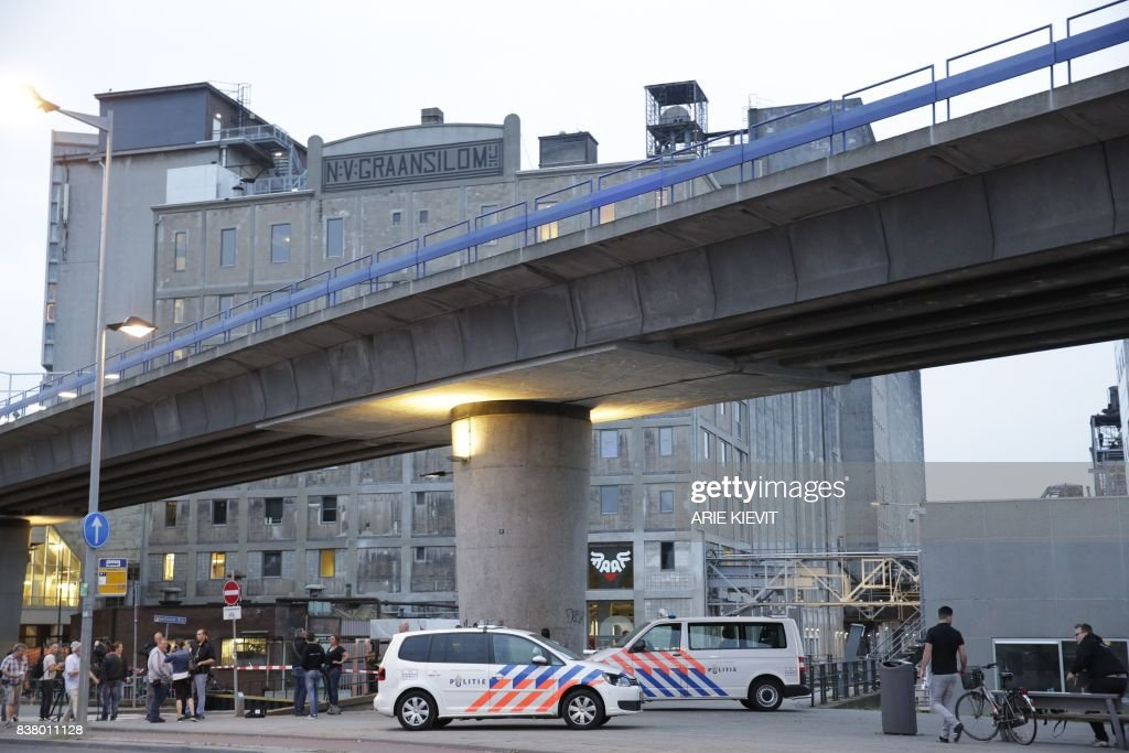 TOPSHOT - A picture shows a general view as police evacuate the Maassilo concert venue after a concert by Californian ban Allah-Las was canceled in relation to a terror attack threat, according to police and the venue, on August 23, 2017, in Rotterdam. / AFP PHOTO / ANP / ARIE KIEVIT / Netherlands OUT