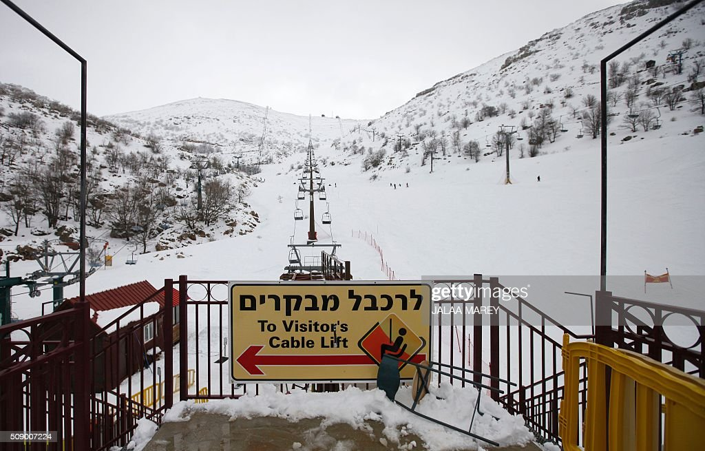 A picture shows a ski-lift at the Mount Hermon ski resort, in the Israeli-occupied Golan Heights, on February 8, 2016. / AFP / JALAA MAREY