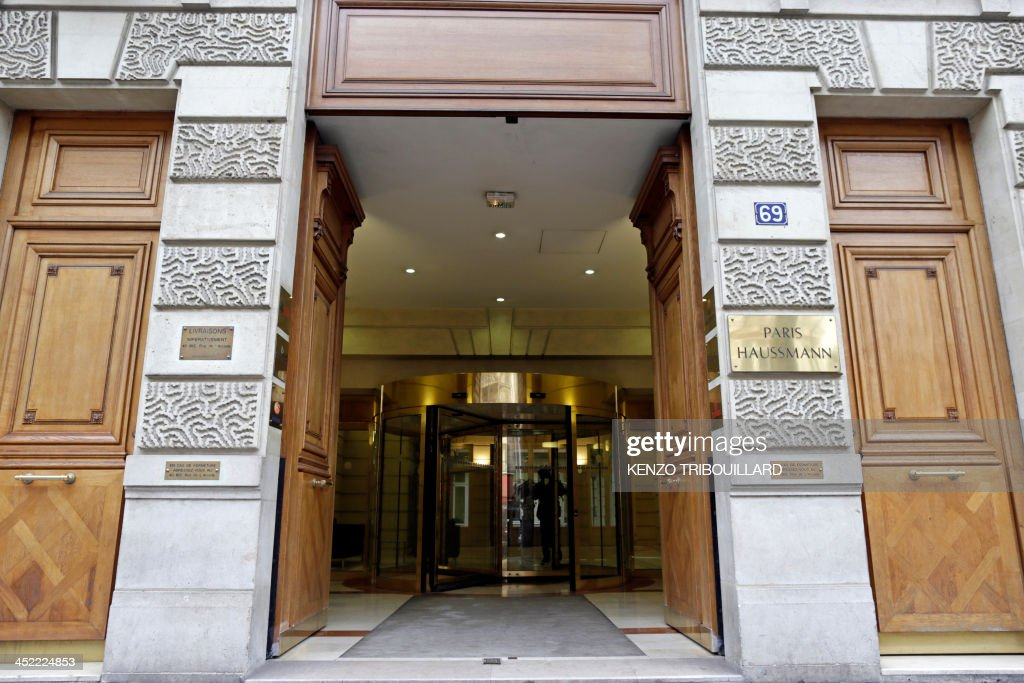 A picture shows the entrance of the French headquarters of Swiss banking giant UBS in Paris on November 27, 2013. A police search was underway on November 27 at the headquarters of UBS France, led by the judge in charge of the investigation into the alleged solicitation of wealthy French clients to open bank accounts in Switzerland, a source close to the case and the bank told AFP. AFP PHOTO / KENZO TRIBOUILLARD