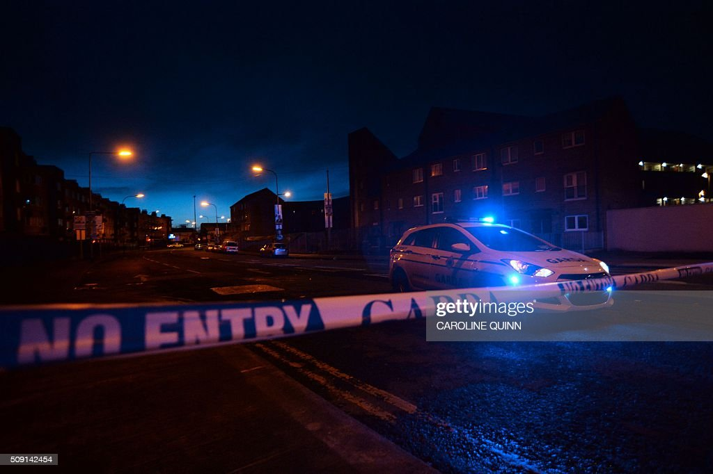 A picture shows the police cordon closing the road close to the scene of a fatal shooting at a residential address in Dublin on February 9, 2016. A man was shot dead in Dublin on February 8, Irish police said, in a suspected gangland reprisal attack for a fatal shooting at a boxing event last week. The victim was named by Ireland's national broadcaster RTE as Eddie Hutch, brother of the north Dublin crime figure known as 'The Monk' and the uncle of Irish criminal Gary Hutch, whose 2015 killing in Spain is thought to have begun the feud. / AFP / CAROLINE QUINN